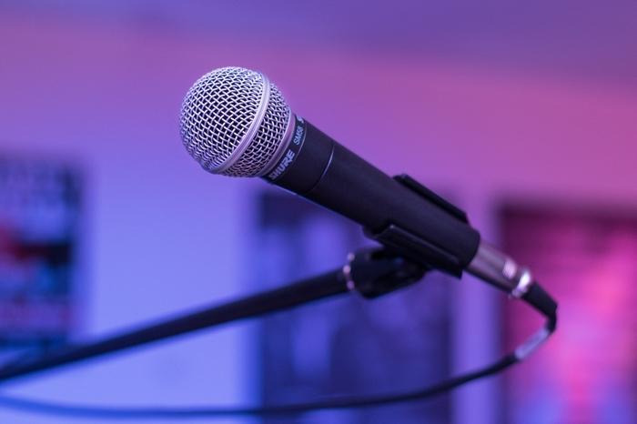 dj-mit-mikrofon